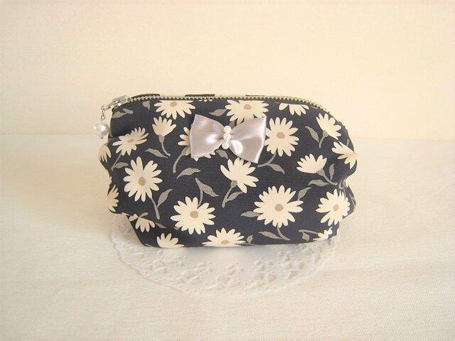 リボン付き紺地に白い花柄のポーチの画像1枚目