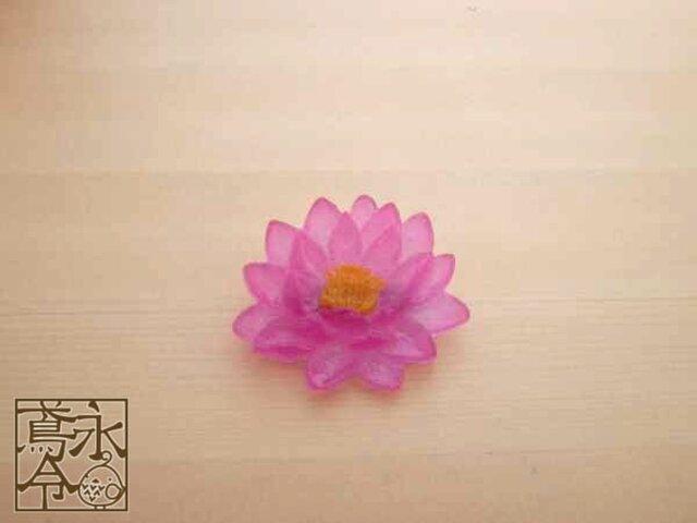 ブローチ 濃い透明ピンク色の睡蓮の画像1枚目