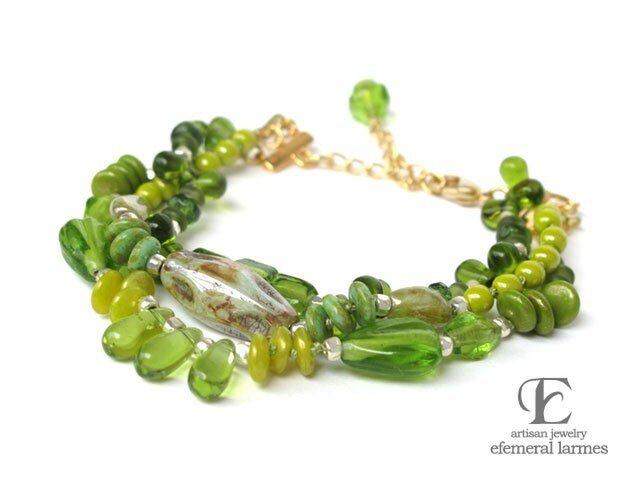 グリーンのガラスビーズシルク糸のブレスレットの画像1枚目
