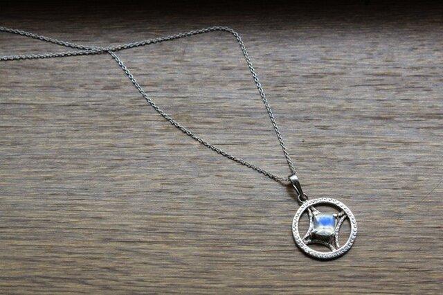 ペリステライトのネックレスの画像1枚目