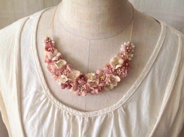 染め花の三日月型ネックレス(M・渋いピンク)の画像1枚目