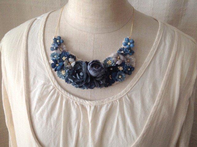 染め花の三日月型ネックレス(L・ネイビー)の画像1枚目