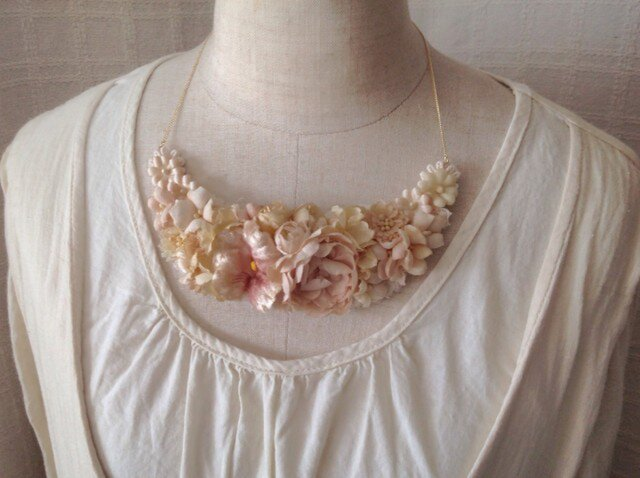染め花の三日月型ネックレス(L・オフホワイト)の画像1枚目