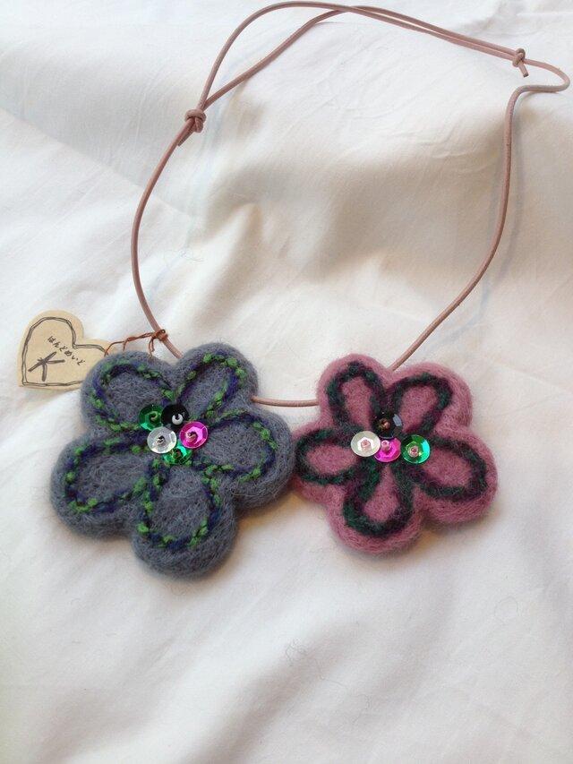 羊毛フェルトお花のネックレスの画像1枚目