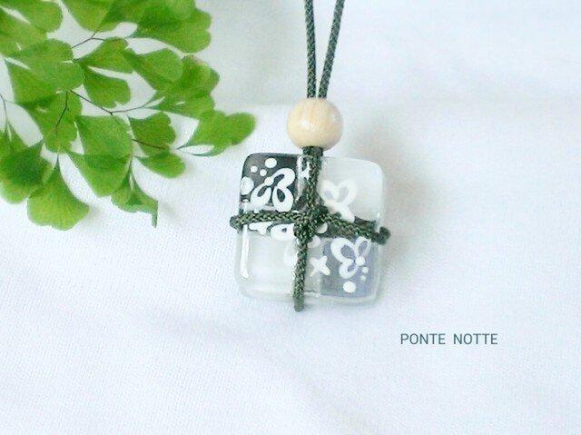 小荷物ガラスのネックレスの画像1枚目