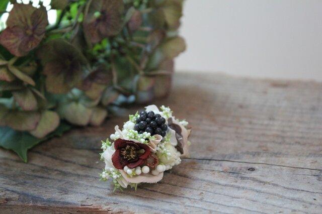 ブラックベリーと白い小花の片耳ピアス(フェイク)の画像1枚目