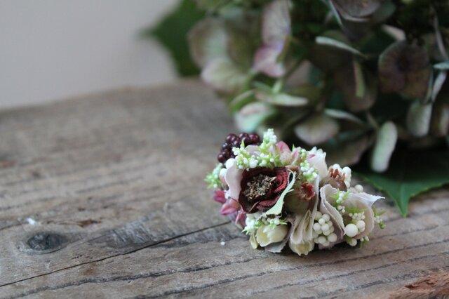 ベリーと白い小花の片耳ピアス(フェイク)の画像1枚目