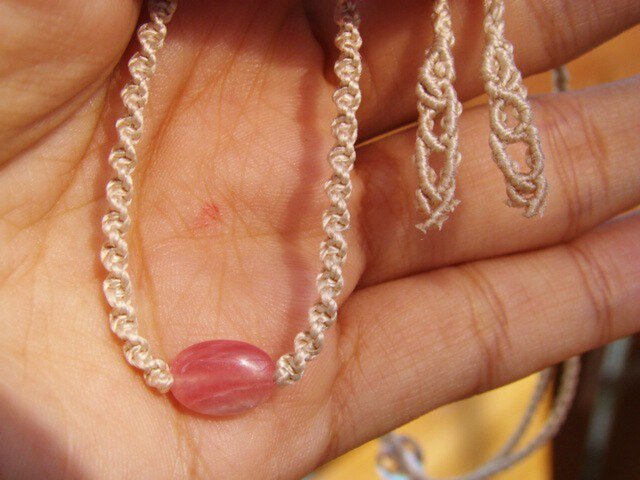 インカローズとシルクコードのマクラメ編み天然石シンプルネックレスの画像1枚目