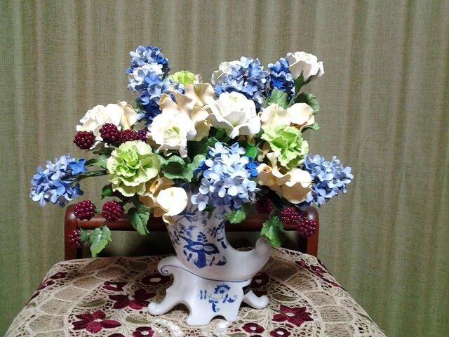 クレイフラワー(白バラと青いピラミッドアジサイの花盛)の画像1枚目