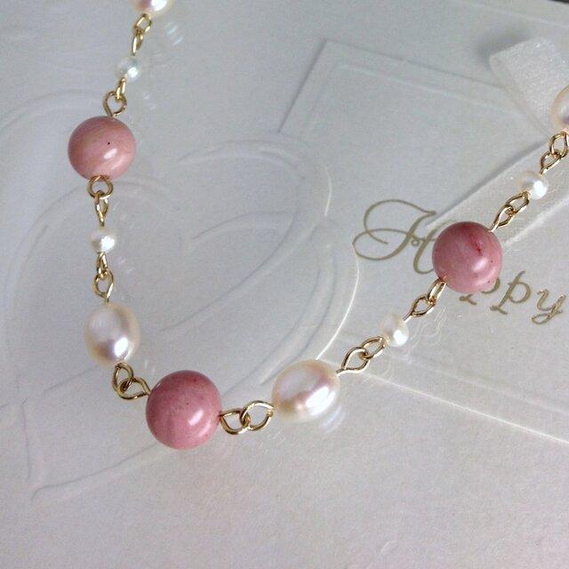 ピンクとパールのロングネックレスの画像1枚目