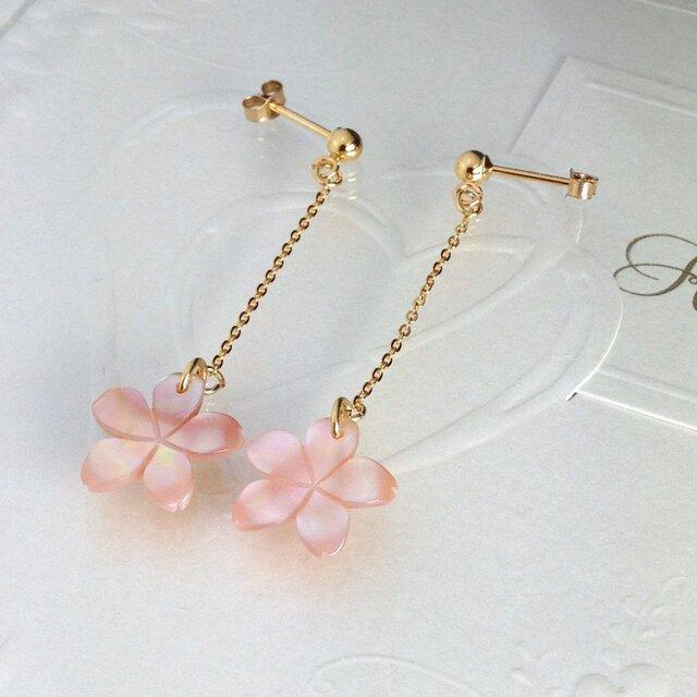 お花のピンクシェルピアスの画像1枚目