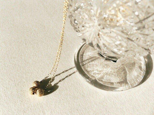 丸いメタルビーズのシンプルなゴールドのネックレスの画像1枚目