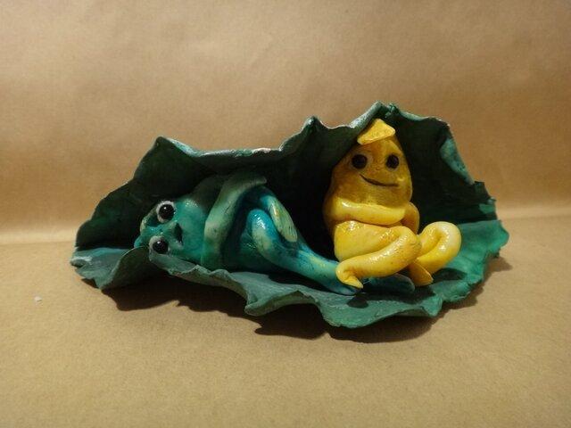 カエルフィギュア 葉に包まれた不思議な緑と黄色の画像1枚目