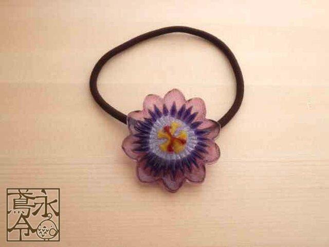髪ゴム 青紫色ひげに薄紫色の花弁の時計草の画像1枚目