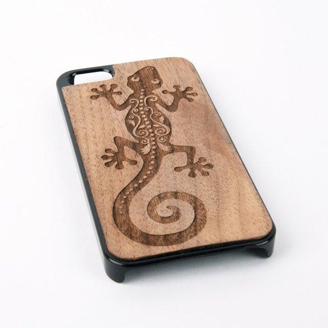 木彫りのスマホカバー ヤモリ(iPhone SE 専用)Walnut Smart Phone Coverの画像1枚目