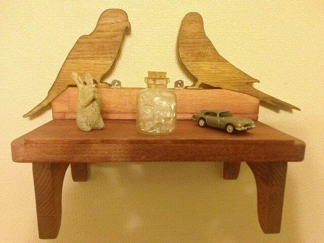鳥がいる飾り棚の画像1枚目