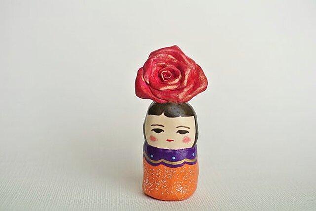 薔薇のあたまオレンジ服のひとの画像1枚目