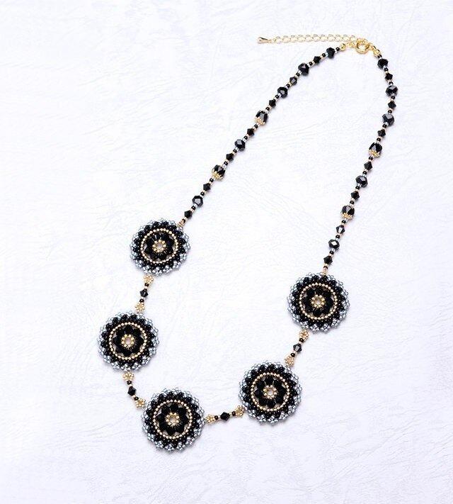 スワロフスキーの花模様のサークルネックレス・黒の画像1枚目