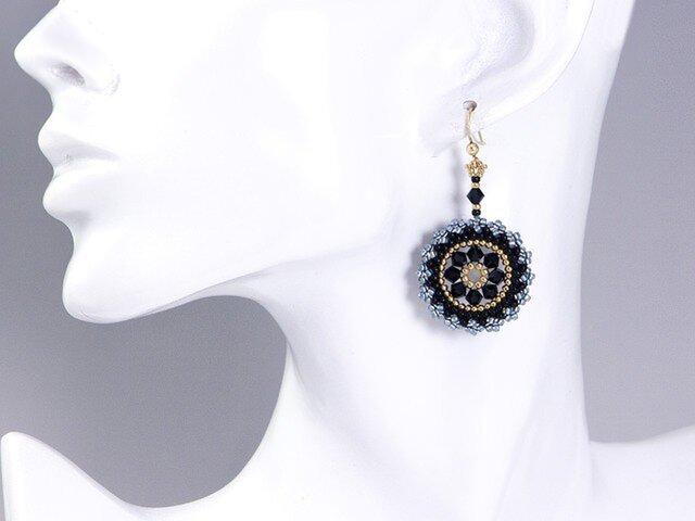 スワロフスキーの花模様のサークルピアス・ブラックの画像1枚目