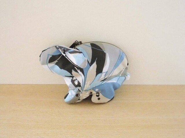 ブルー花柄たれ耳うさぎのポーチの画像1枚目