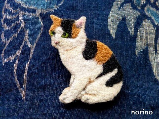 ■羊毛フェルト お座り三毛猫ブローチ■の画像1枚目