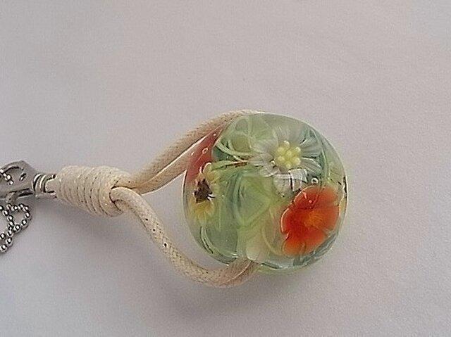 赤い花とスターフラワーのチャーム・ガラス製・とんぼ玉の画像1枚目