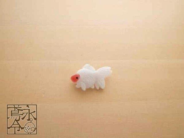 ブローチ 白色に薄赤色の小さい金魚の画像1枚目