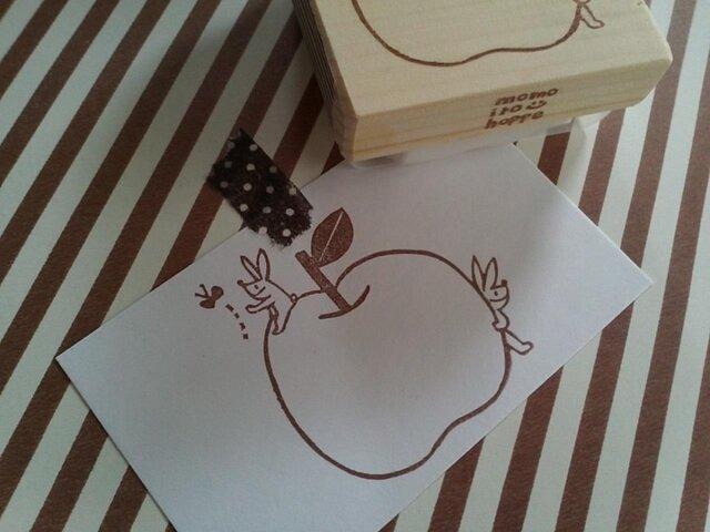 消しゴムはんこ  大きなリンゴと双子のうさぎ*の画像1枚目