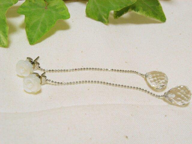 白蝶貝のピアスとクリスタルの揺れるキャッチの画像1枚目