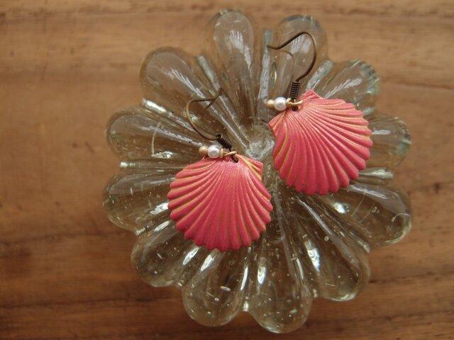 貝のピアス Watermelon Pink and Goldの画像1枚目