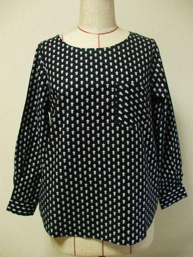 【セール品】プロヴァンス風柄プリントの長袖プルオーバーブラウス M~Lサイズ 黒の画像1枚目