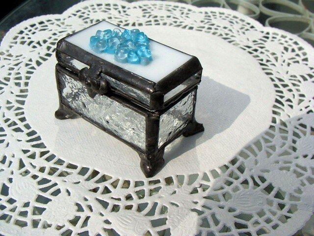 ガラスの小花ふた付きガラスの小箱 脚付の画像1枚目