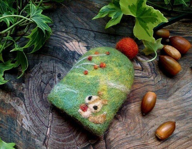 羊毛フェルト キーケース りすと木の実【受注制作】の画像1枚目