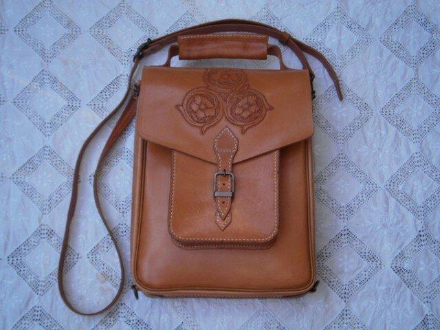 本革(牛革)製ハンド、ショルダー及びリュックの3wayバッグの画像1枚目
