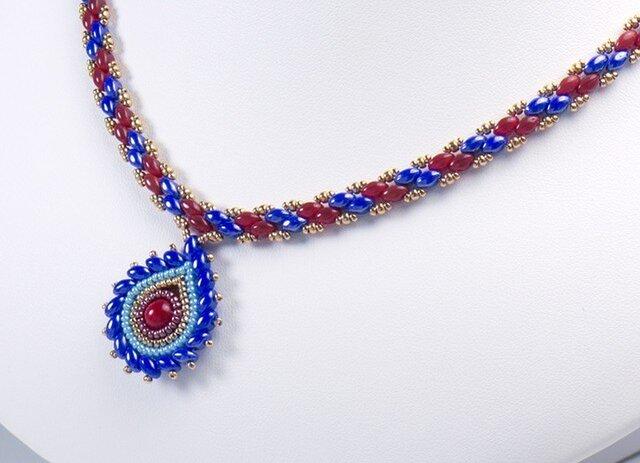 ティアドロップ型ペンダント付き縞模様のネックレス・ブルー&レッドの画像1枚目