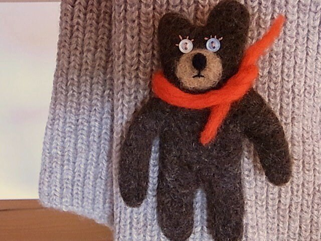 羊毛くまブローチ・赤いマフラーの画像1枚目
