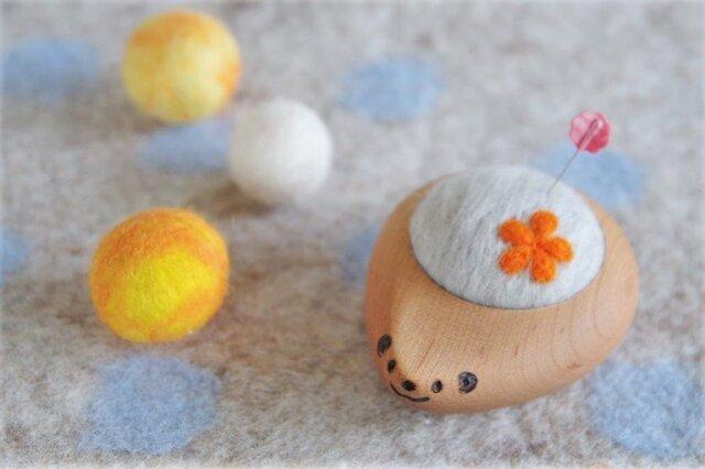 ハリネズミの羊毛ピンクッション【針山】お花 オレンジ色の画像1枚目
