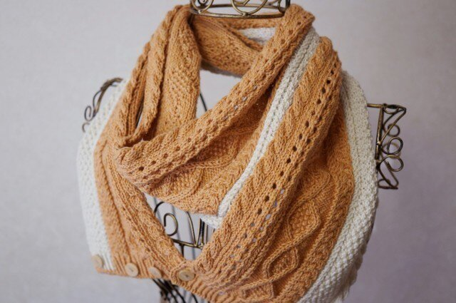 ツートンカラーのアラン編みスヌード(ライトオレンジ×ベージュ)の画像1枚目