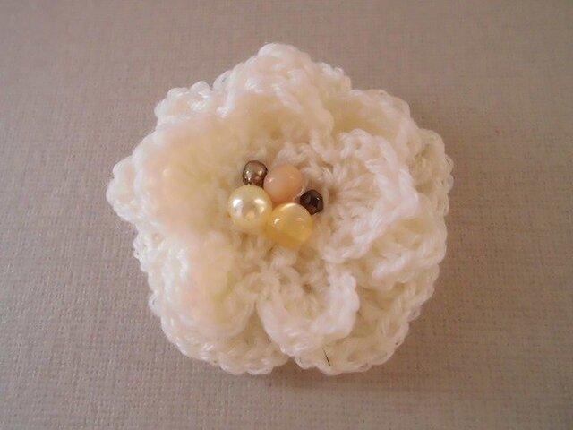 白い毛糸のフラワーブローチの画像1枚目