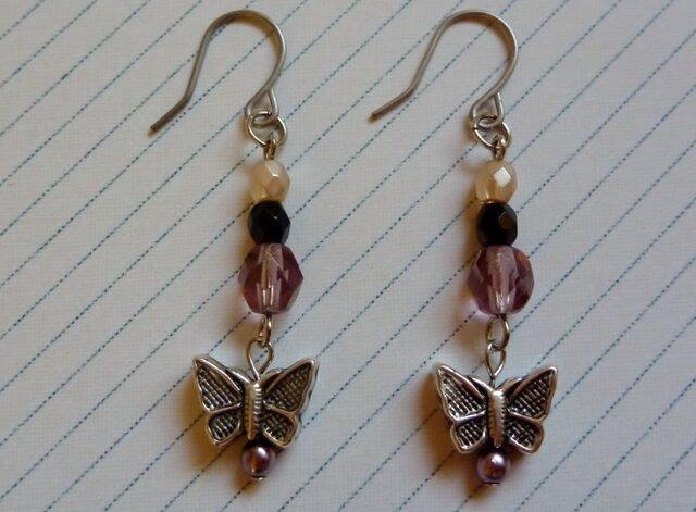 蝶々と紫のビーズのピアスの画像1枚目