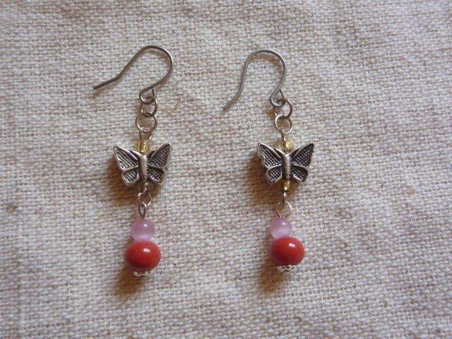 赤珊瑚と蝶々のピアスの画像1枚目