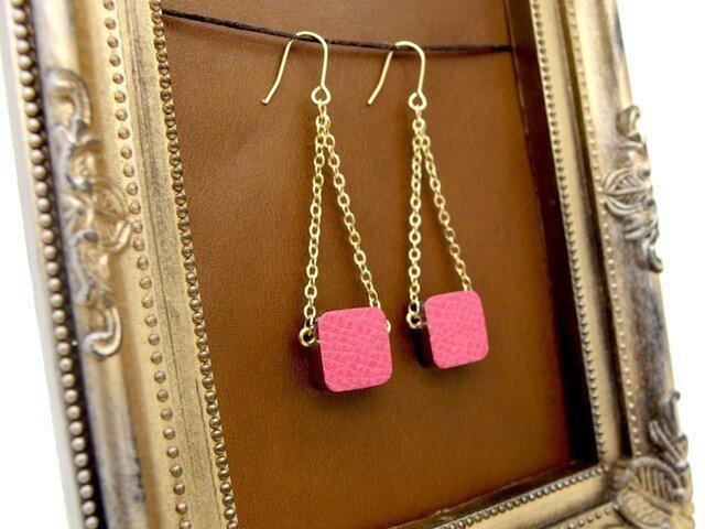革とチェーンのゆらゆらピアス|ピンクの画像1枚目