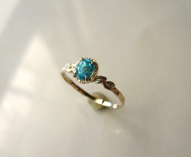 青いジルコンと植物の指輪の画像1枚目