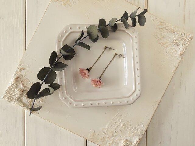 小さな染め花のゆらゆらピアス(マロンピンク)の画像1枚目
