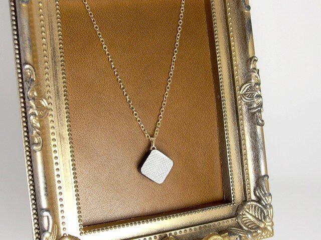 プリズムレザーの一粒ネックレス|パールホワイトの画像1枚目