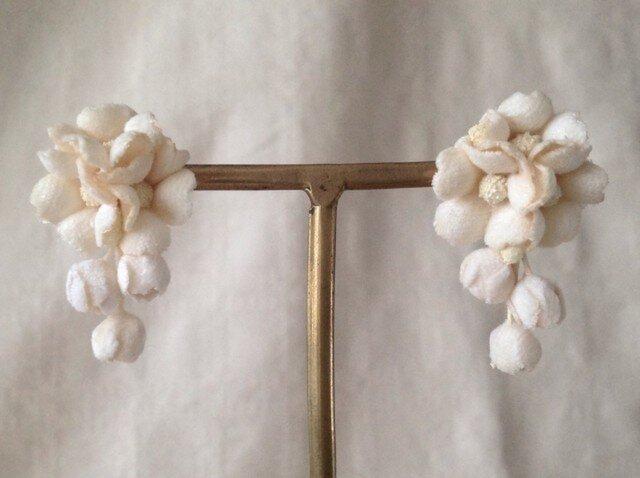 染め花の小花と蕾のピアスB(オフホワイト)の画像1枚目