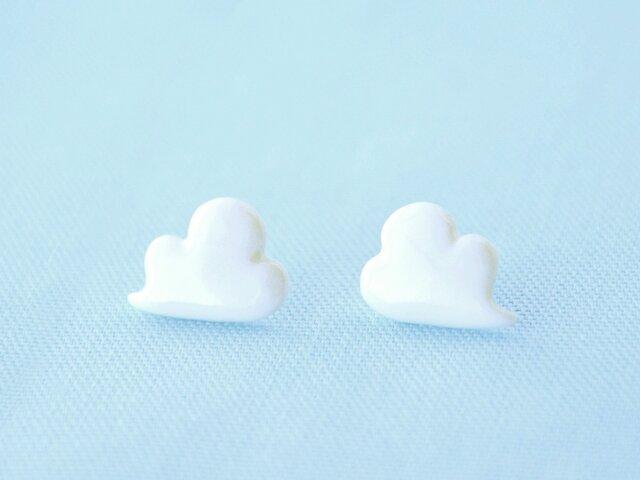 白磁のピアス(浮き雲)の画像1枚目