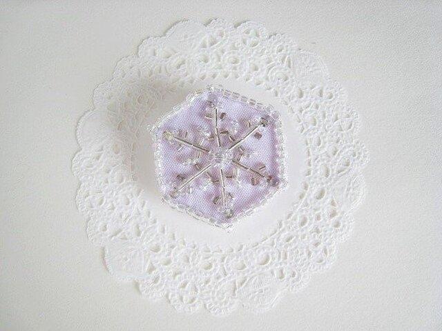 ビーズ刺繍のキラキラ雪の結晶ブローチ(パープル)の画像1枚目