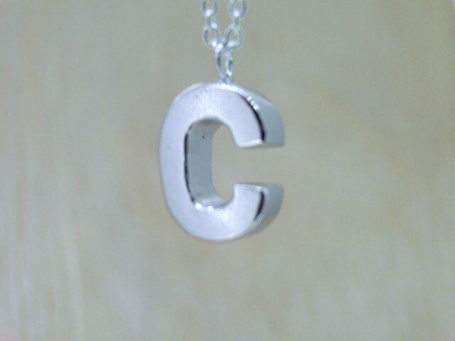【C】アルファベット文字のペンダント+チェーン付きの画像1枚目