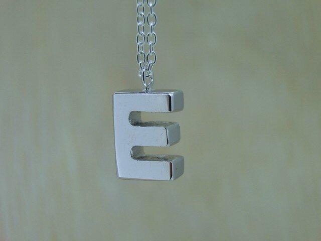 【E】アルファベット文字のペンダント+チェーン付きの画像1枚目